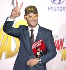 Chris Hemsworth以Phil Hellmuth的装扮出席电影首映礼