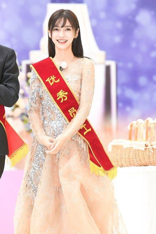 《奔跑吧》开颁奖典礼发福利 Angelababy盛装出席送飞吻