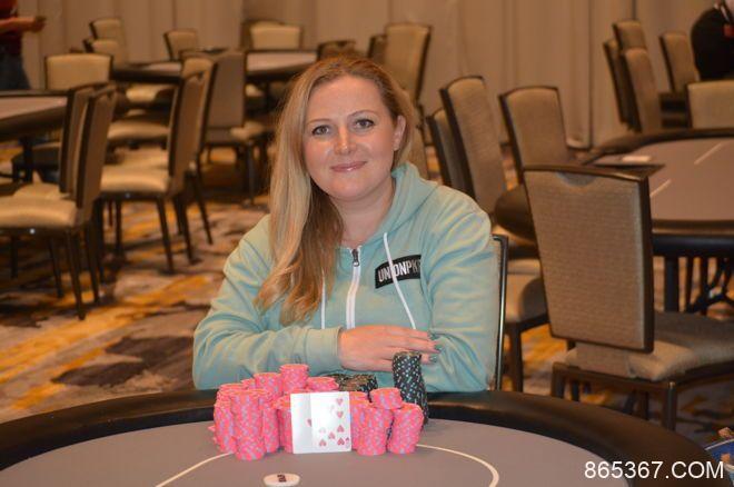 Laura Moore赢得波托马克扑克公开赛$370买入公开赛冠军