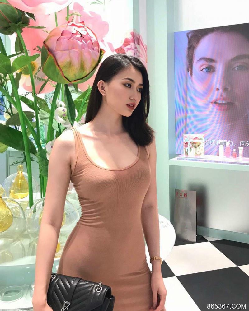 时尚博主美女Qin 高冷妹纸身材曲线火辣